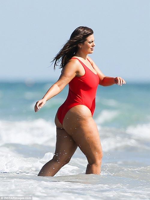 Đỏ mặt vì áo tắm khoét hông của mẫu béo đẹp nhất Mỹ - 4