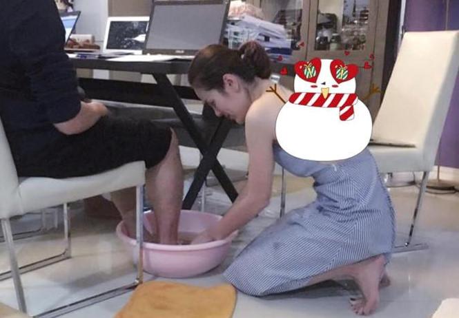 Chân dung á hậu xinh đẹp, giàu có rửa chân cho chồng - 1