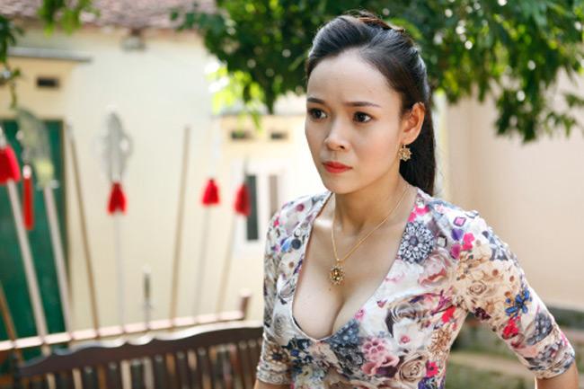 """Khán giả đã vô cùng bất ngờ khi nhìn thấy hình ảnh gợi cảm của nữ diễn viên Diễm Hương trong bộ phim hài tết """"Ván cờ vồ"""" cùng với nghệ sĩ hài Quang Tèo. Được biết những hình ảnh này xuất hiện từ Tết 2015."""