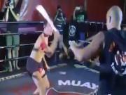 """Thể thao - Võ lạ Thái Lan: 2 tay 2 kiếm giao đấu """"tóe lửa"""""""