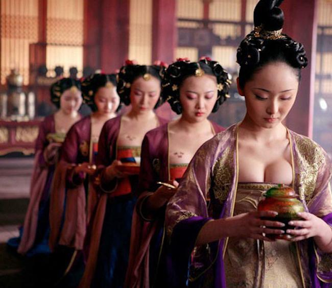Năm 2006, bộ phim Hoàng Kim Giáp hội tụ dàn sao hạng khủng như Củng Lợi, Châu Kiệt Luân, Châu Nhuận Phát... Tuy nhiên, điều đáng chú ý khác trong phim còn là dàn mỹ nhân trong các vai quần chúng là phi tần, cung nữ.