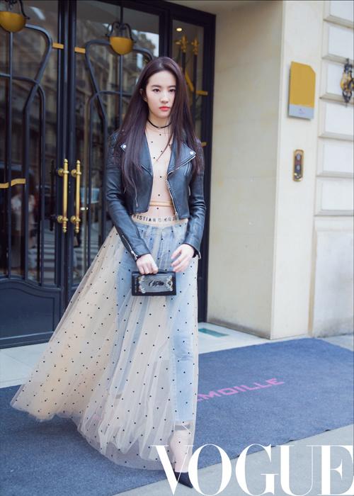 """Thời trang """"quần váy lẫn lộn"""" khó hiểu của Lưu Diệc Phi - 3"""