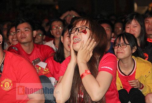 Fan nữ xinh gào thét trong ngày huyền thoại MU đến VN - 14