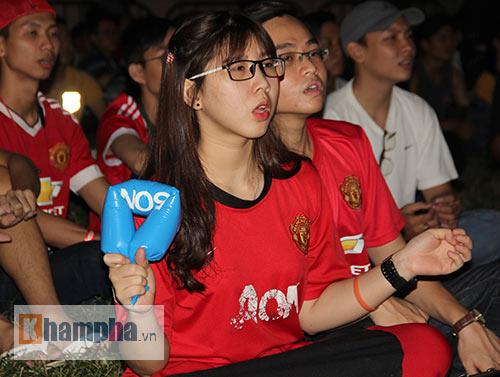 Fan nữ xinh gào thét trong ngày huyền thoại MU đến VN - 7