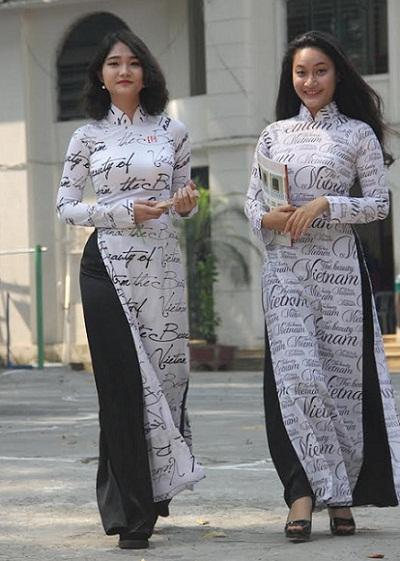 Giáo dục học sinh ý thức giữ mình khi mặc áo dài - 1