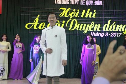 Giáo dục học sinh ý thức giữ mình khi mặc áo dài - 4