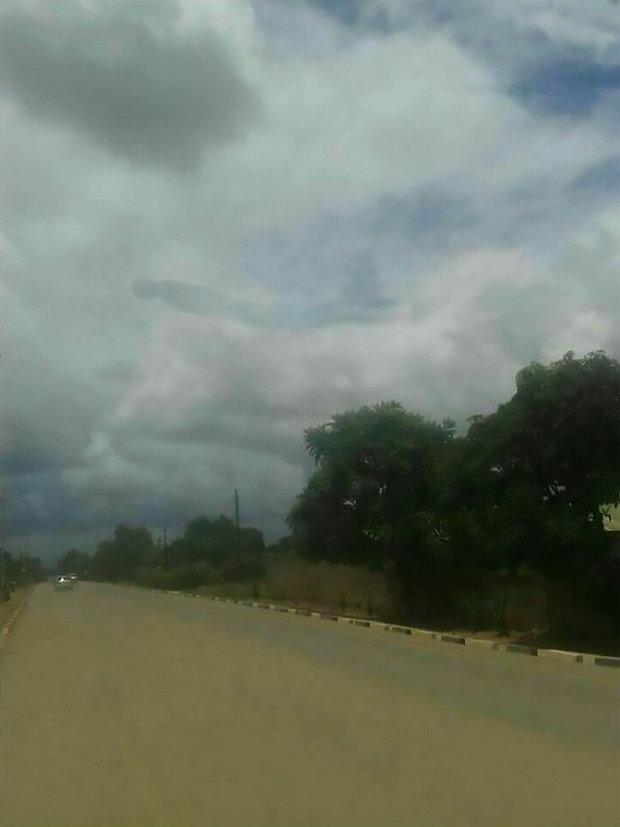 Hình người bí ẩn dài 100 mét  trôi dạt trên mây gây sợ hãi - 2