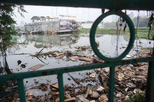 Hồ Tây hôi thối, ngập rác sau khi tháo dỡ nhà hàng nổi - 1