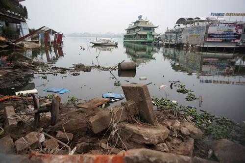 Hồ Tây hôi thối, ngập rác sau khi tháo dỡ nhà hàng nổi - 16