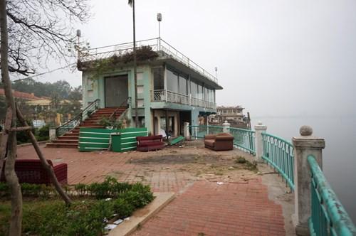 Hồ Tây hôi thối, ngập rác sau khi tháo dỡ nhà hàng nổi - 17