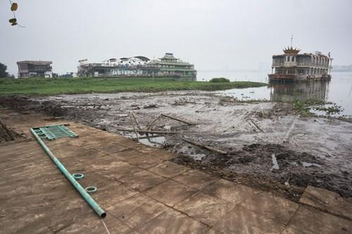 Hồ Tây hôi thối, ngập rác sau khi tháo dỡ nhà hàng nổi - 4