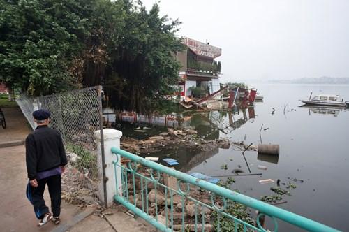 Hồ Tây hôi thối, ngập rác sau khi tháo dỡ nhà hàng nổi - 6