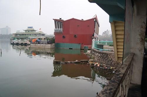 Hồ Tây hôi thối, ngập rác sau khi tháo dỡ nhà hàng nổi - 7