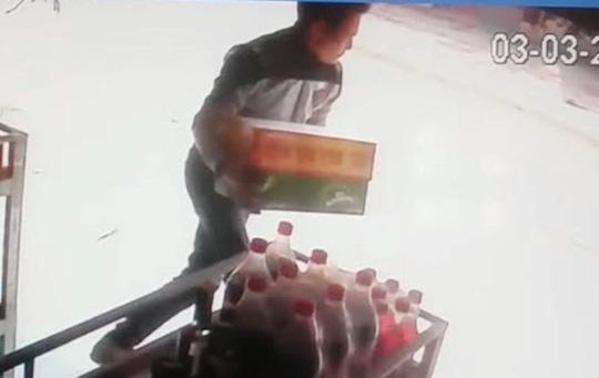 Táo tợn xông vào quán cướp bia giữa ban ngày - 1