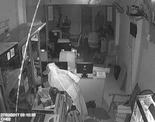 Giả ma đi ăn trộm, bị cảnh sát 113 bắt tại trận - 1
