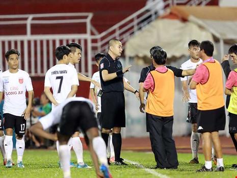 Bóng đá Việt Nam và sự khủng hoảng niềm tin: Bóng tối ma mị - 1
