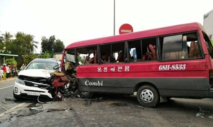 Tài xế bị dính chặt vào cabin sau vụ tai nạn liên hoàn - 1