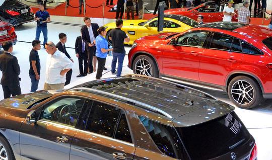 Nhập khẩu ô tô và điện thoại di động tăng mạnh - 1