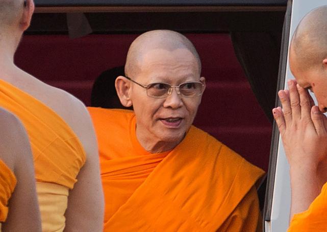 Vua Thái Lan phế bỏ chức vị nhà sư bị 4.000 cảnh sát vây - 1
