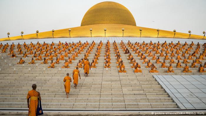 Vua Thái Lan phế bỏ chức vị nhà sư bị 4.000 cảnh sát vây - 2