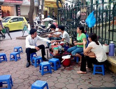 Một quận trung tâm Hà Nội có 333 điểm trà đá vỉa hè - 1