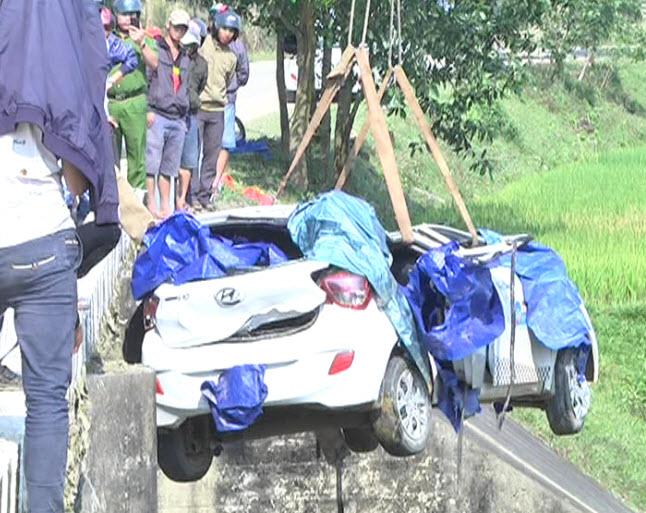 Taxi mất lái lao xuống cầu, 6 người thương vong - 1
