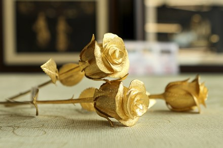 Hoa hồng bằng vàng 24k giá 200 triệu đồng dịp 8/3 - 1
