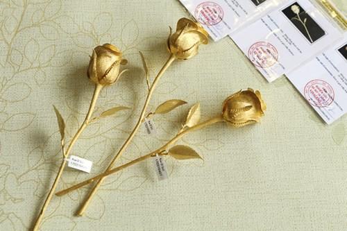 Hoa hồng bằng vàng 24k giá 200 triệu đồng dịp 8/3 - 3