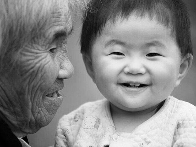 Cảm động cháu đích tôn chữa lành loét da hoại tử cho bà nội nằm liệt - 1