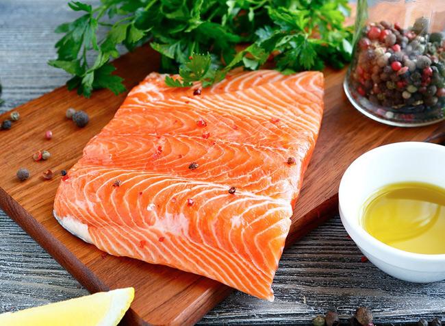 1. Cá hồi hoang dã  Cá hồi hoang dã giàu Omega-3 và những axit chống viêm mạnh mẽ giúp giảm nguy cơ mắc các bệnh tim mạch, viêm khớp,… đặc biệt khi phụ nữ mang thai sẽ giúp con thông minh hơn.