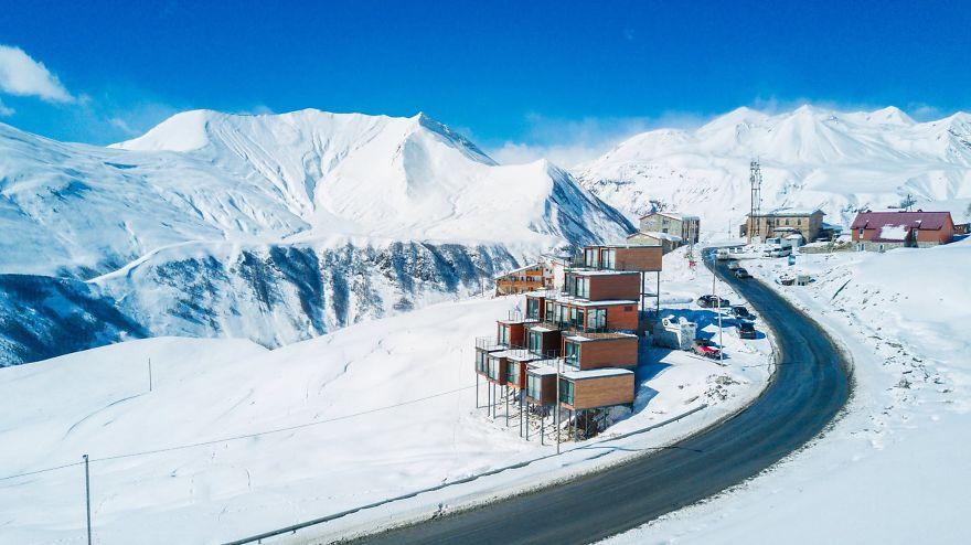 """""""Đã mắt"""" ngắm khách sạn container siêu sang trên núi tuyết - 2"""