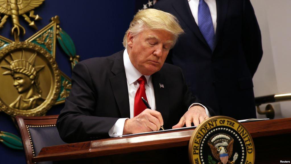 Trump kí lệnh cấm nhập cư mới nhằm vào 6 nước Hồi giáo - 1