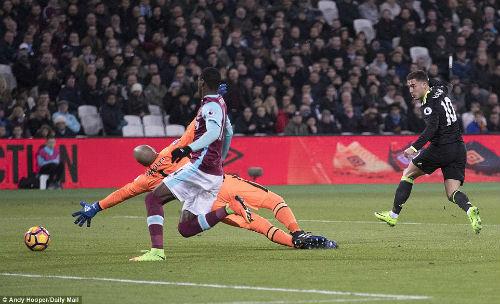 """Chelsea lập kỉ lục: Conte vẫn phàn nàn, Hazard """"sốt ruột"""" - 1"""