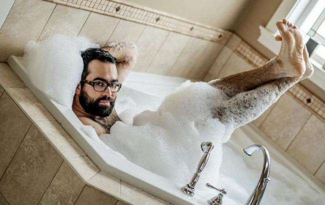 """Đi tắm cũng phải """"tự sướng"""" cho bằng các chị."""