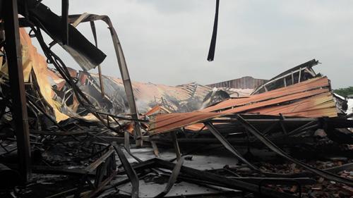 Sau tiếng nổ lớn, nhà kho hơn 1.000m2 rực lửa - 1