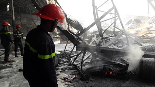 Sau tiếng nổ lớn, nhà kho hơn 1.000m2 rực lửa - 6