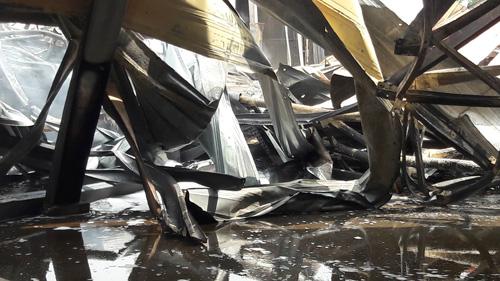 Sau tiếng nổ lớn, nhà kho hơn 1.000m2 rực lửa - 4