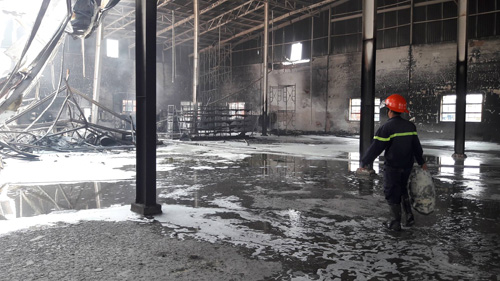 Sau tiếng nổ lớn, nhà kho hơn 1.000m2 rực lửa - 5