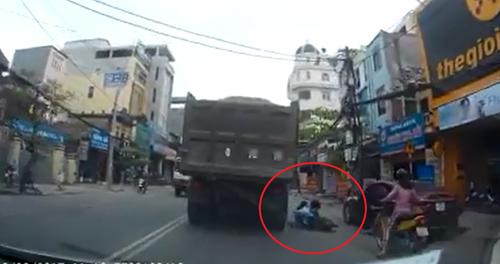 Đứng tim khoảnh khắc bé gái ngã ra đường, suýt bị xe tải cán chết - 1