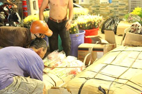 Trước ngày 8-3, chợ hoa Hồ Thị Kỷ có gì hấp dẫn? - 3