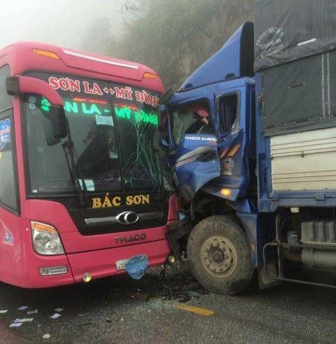 Xe khách chở 20 người đấu đầu xe tải trong sương mù - 1