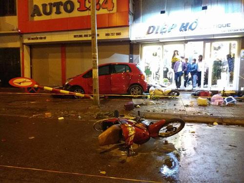 Ô tô loạng choạng, đâm hàng loạt xe trên phố Hà Nội - 1
