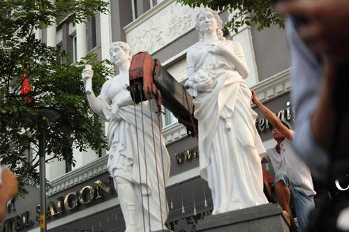 Cặp linh vật trước khách sạn 3 sao bị ông PCT quận 1 cẩu về trụ sở - 11