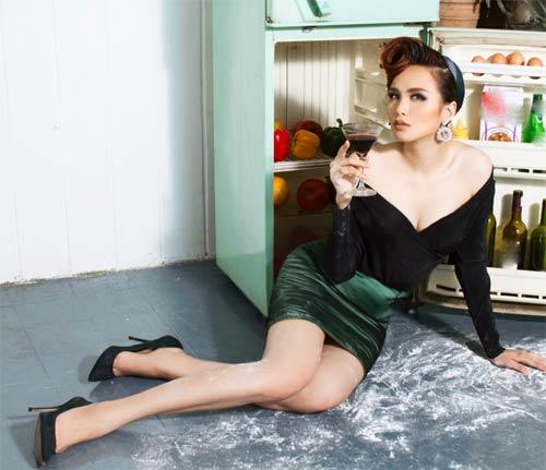 Diễm Hương mặc trễ nải ngày 8-3, quá sexy trong bếp - 1