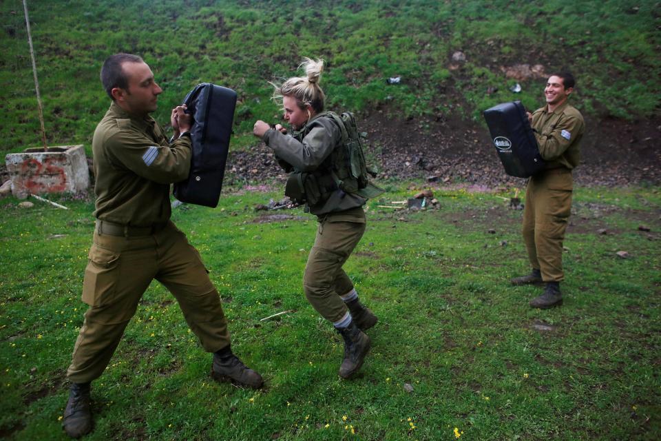 Nữ binh Israel tóc vàng đấu tay đôi với nam đồng nghiệp - 1