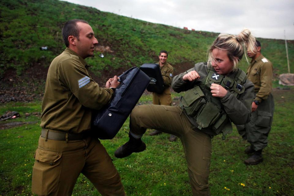 Nữ binh Israel tóc vàng đấu tay đôi với nam đồng nghiệp - 2