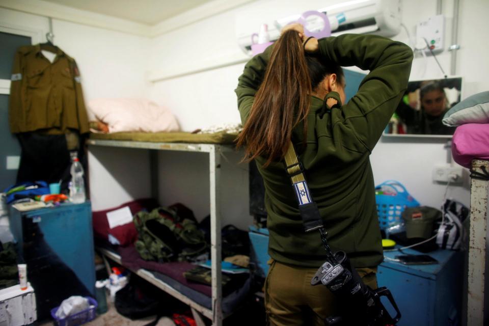 Nữ binh Israel tóc vàng đấu tay đôi với nam đồng nghiệp - 5