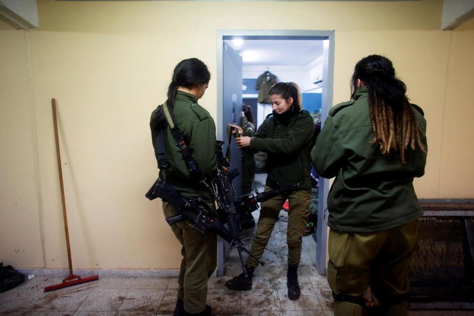 Nữ binh Israel tóc vàng đấu tay đôi với nam đồng nghiệp - 3