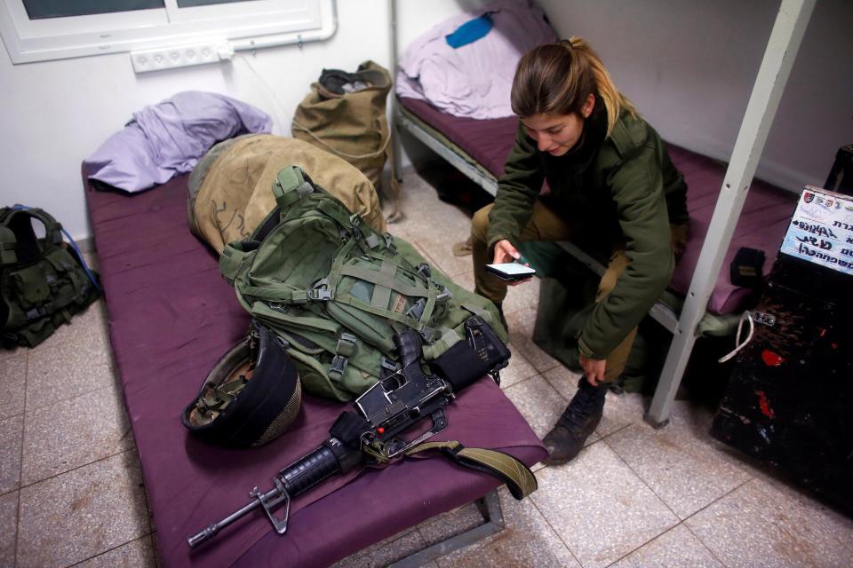 Nữ binh Israel tóc vàng đấu tay đôi với nam đồng nghiệp - 4