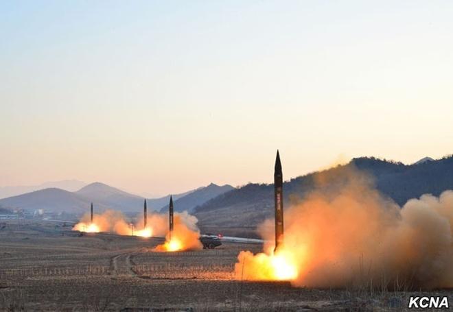 Khoảnh khắc 4 tên lửa Triều Tiên đồng loạt rời bệ phóng - 1
